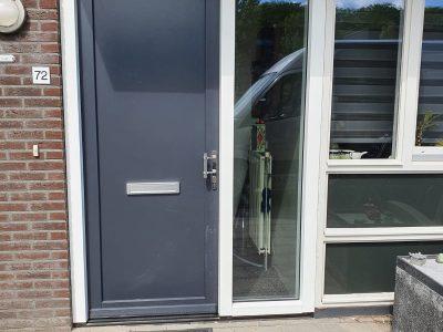 Kunststofkozijn4U Kunststof kozijnen - kunststof voordeur met zijlicht in Steenwijk
